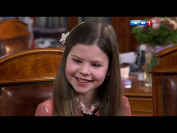 """""""Модель с обложки"""": младшая дочь Табакова восхитила соцсети своей внешностью"""