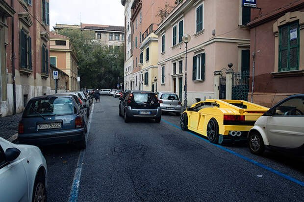 Огромные автомобили из кирпичиков LEGO на старинных улицах Рима