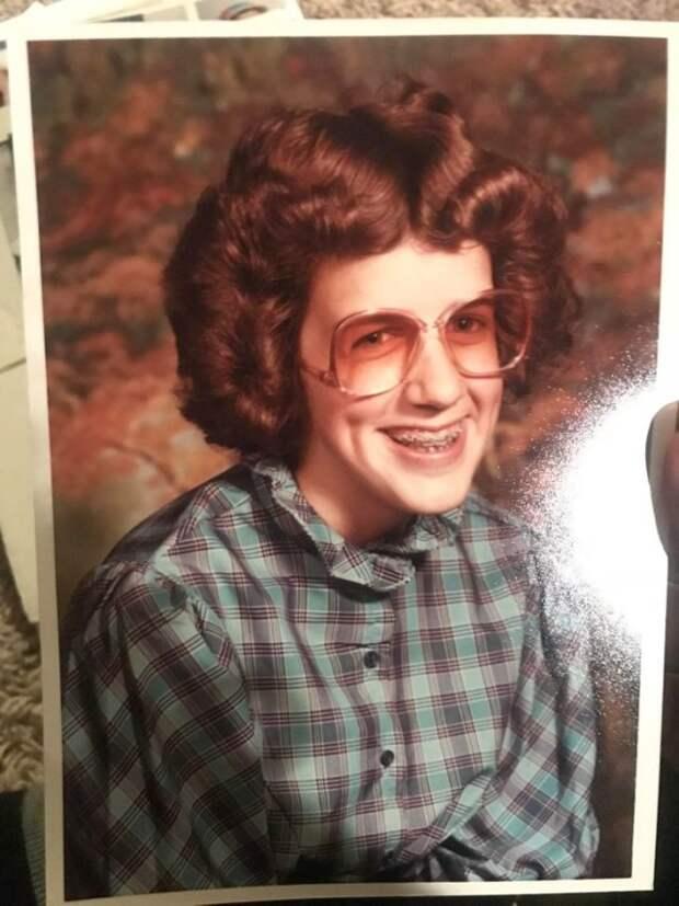 кучерявая девушка в очках и клетчатой рубашке