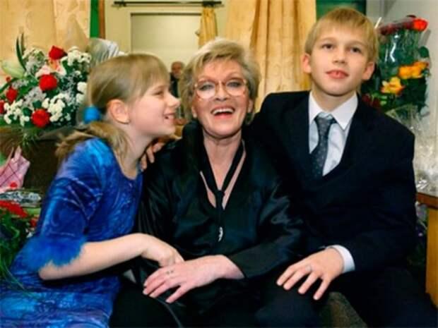 Алиса Фрейндлих с любимыми внуками | Фото: kinotime.org
