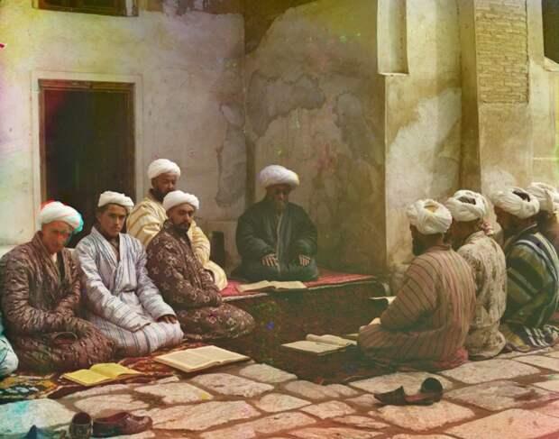 Студенты бухарского медресе в Самарканде в начале 20 века.