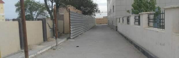 Все для людей: в 14 микрорайоне закрыли тротуар из-за очередной стройки