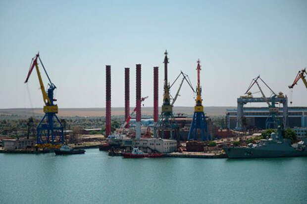 На июнь, судя по всему, сдвигается, еще один оборонный проект — закладка универсальных десантных кораблей (УДК), которая, по известным данным, должна была состояться 9 мая на керченском заводе «Залив»