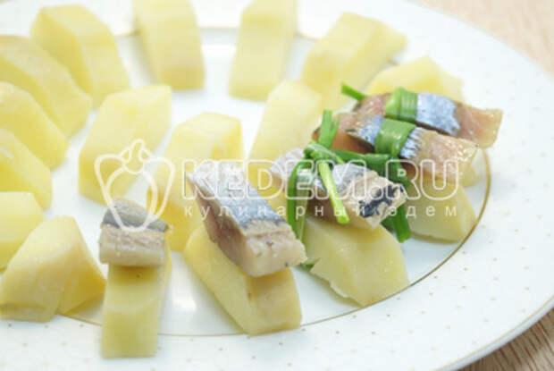 Перевязать перышком зеленого лука и сбрызнуть растительным маслом.