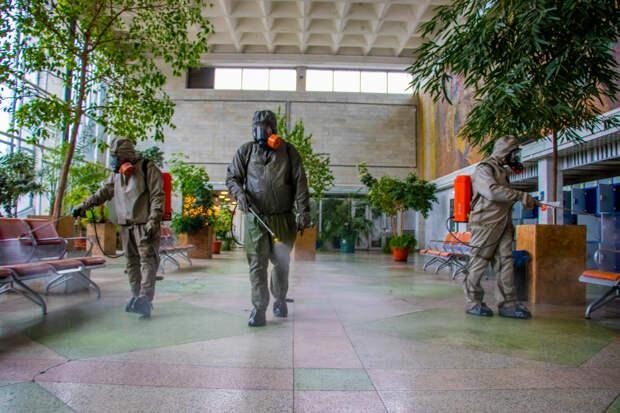 В Твери сотрудники МЧС провели дезинфекцию железнодорожного вокзала