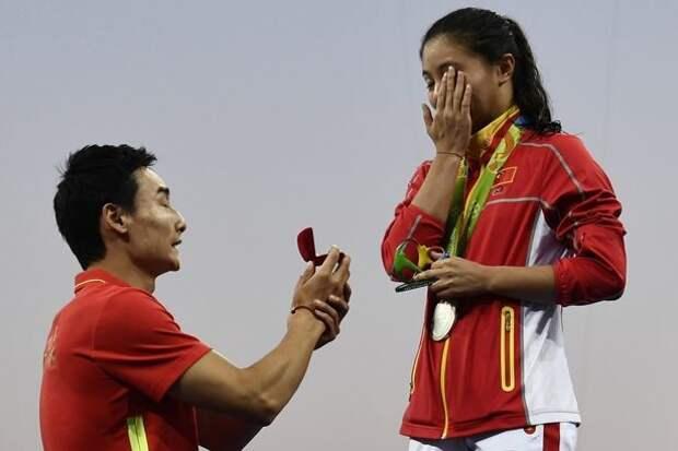 Китайский олимпиец сделал предложение коллеге по сборной во время церемонии награждения любовь, олимпиада, рио