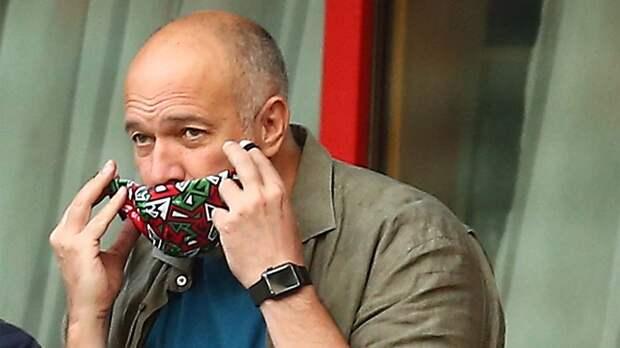 Кикнадзе освистали во время матча «Спартак» — «Локомотив». Один из фанатов поставил ему «рожки»: фото