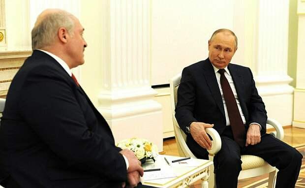 Путин и Лукашенко обменялись по телефону поздравлениями по случаю Дня Победы