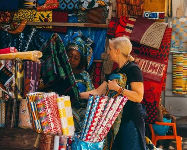 При работе над круизной коллекцией 2020 Мария Грация Кьюри отправилась в Абиджан, на юг Кот-д'Ивуара, чтобы собственными глазами увидеть, как создаются вощеные ткани. Эти ткани, вобравшие в себя традиции сразу нескольких культур, стали одной из основных тем показа.