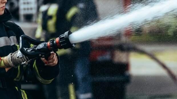 Два этажа обвалились при пожаре ввековом доме вПетербурге— видео