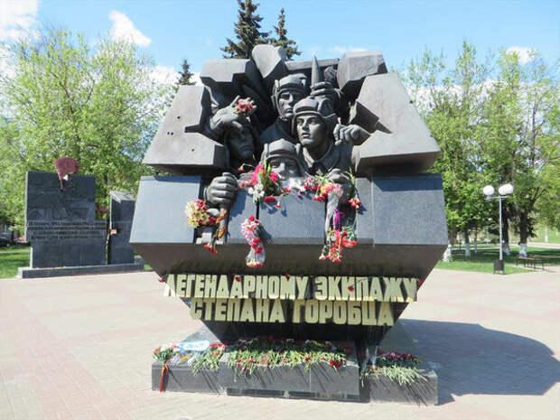 Монумент в Твери посвященный подвигу экипажа танка Т-34 .