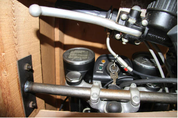 Руль снят — вместо него стоит кронштейн для фиксации мотоцикла в коробке