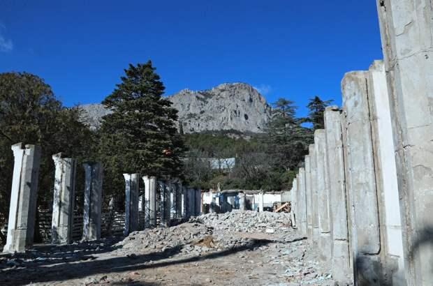 Застройщик парка в Форосе хочет задобрить жителей высадкой деревьев