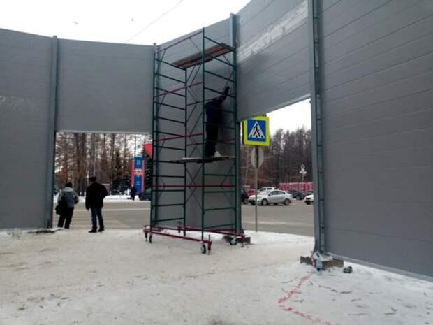 Бабуле было шумно...Бабуле установили шестиметровый забор
