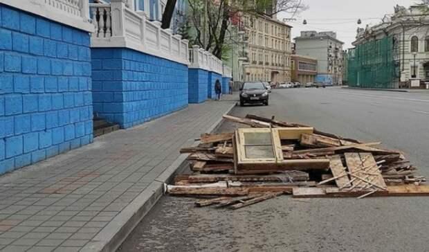 Центральную улицу завалили мусором? Горожане обсуждают картину воВладивостоке