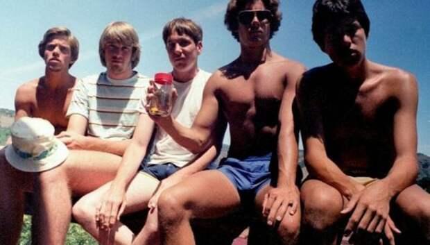 Дружба на годы: каждые пять лет эти пятеро друзей повторяют снимок 1982года