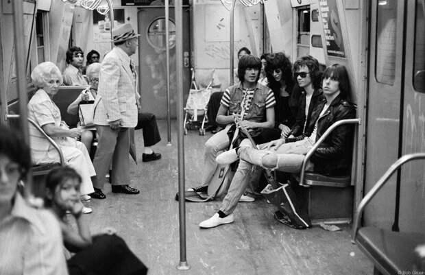 Ramones в Нью-Йоркском метро. 1975 год.