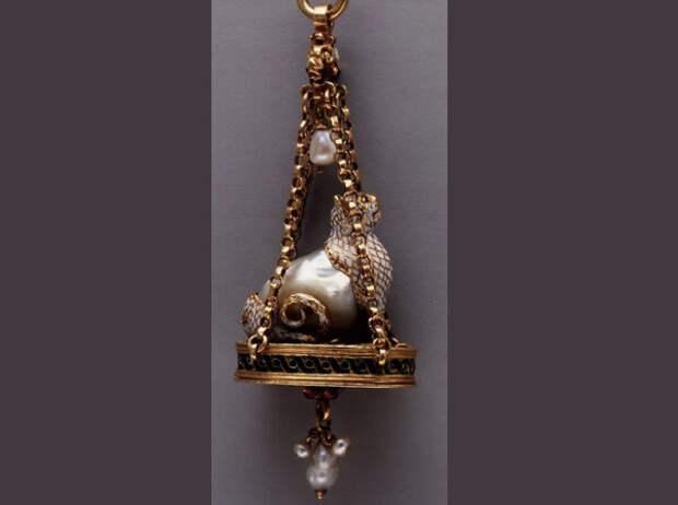 Изготовил эту подвеску неизвестный испанский мастер. Поражает воображение жемчужина Парагон, которая является неотделимой частью этой хитрой кошки!