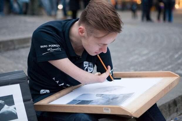 Художник Мариуш Кедзерский родился без обеих рук, но это не помешало ему исполнить свою мечту и стать известным