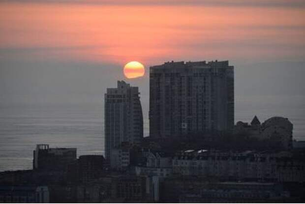 The sun sets over residential buildings in the city of Vladivostok, Russia February 19, 2018. REUTERS/Yuri Maltsev
