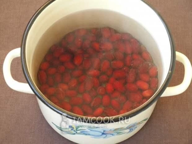 Положить ягоды в кастрюлю с водой