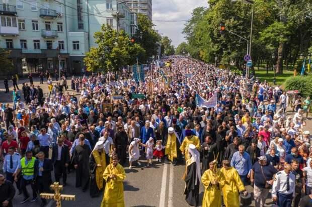 Сила веры: сотни тысяч православных прошли крестным ходом по Киеву