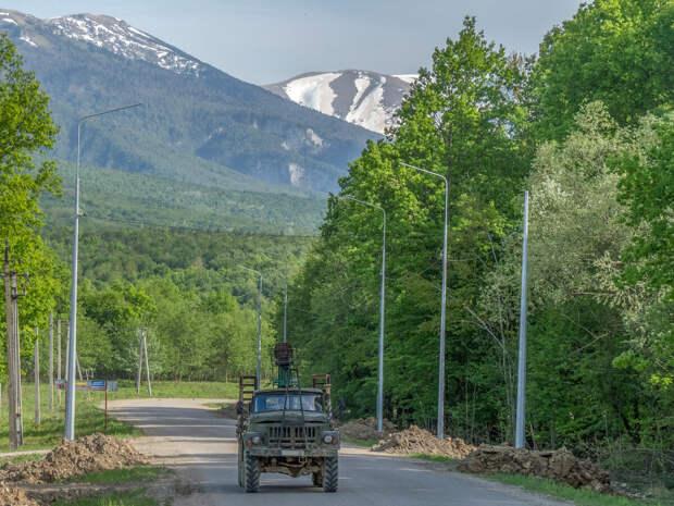 Дорога выше с. Черниговское. Вдали нагорье Лагонаки.