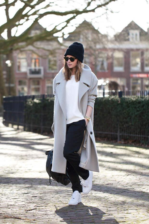 Девушка в длинном пальто и шапке