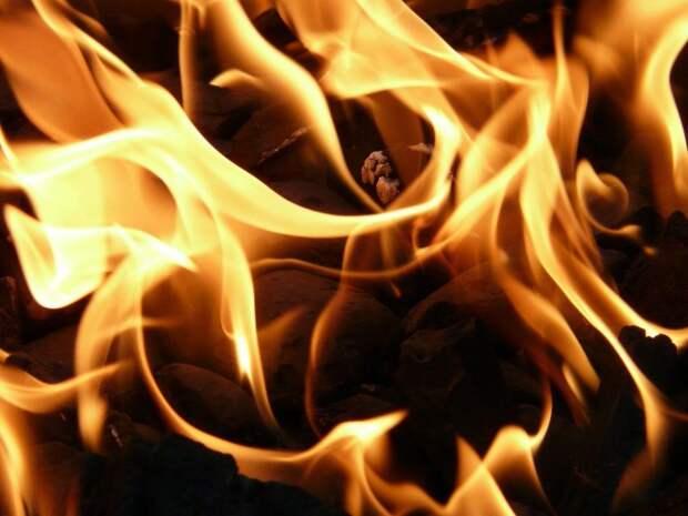 Из пожара в квартире на Верхней Масловке спасены два человека