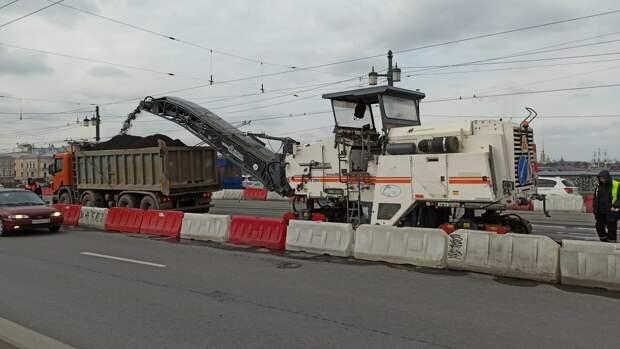 Водителей Петербурга предупредили об ограничении движения по Литейному мосту