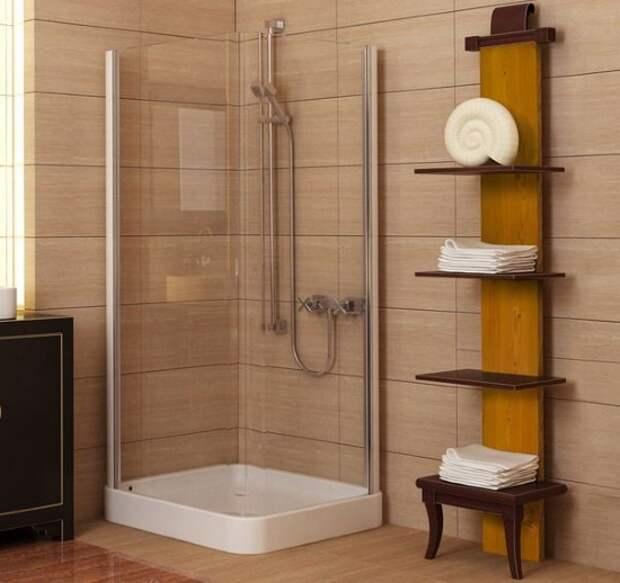 Белые полотенца на полках в ванной