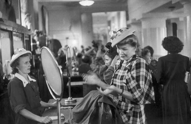 Советская женщина покупка шляпки.jpg