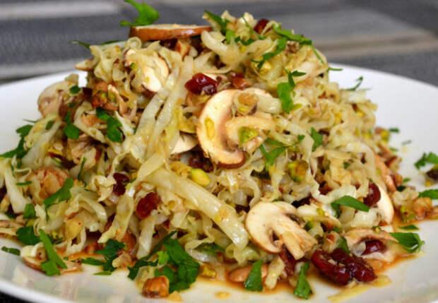 Новый салат просят по две тарелки: смешиваем капусту с грибами и заправляем маслом
