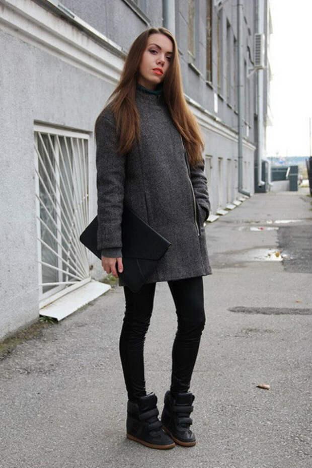 Девушка в сникерсах и пальто