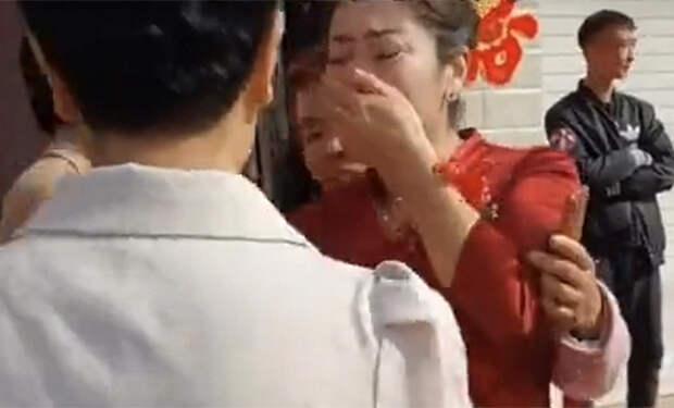 Мать жениха на свадьбе узнала в невесте потерянную 20 лет назад дочь