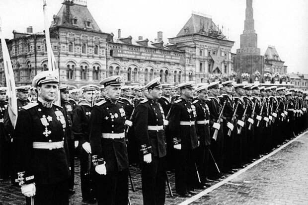 Оркестр московских спасателей поздравил ветеранов с парадом Победы