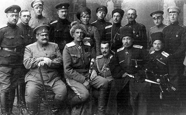 Офицеры 3-го кавалерийского корпуса. В нижнем ряду первый справа — А. Г. Шкуро.