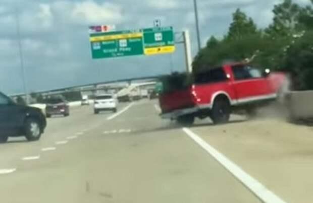 Жуткая авария неуправляемого пикапа попала на видео