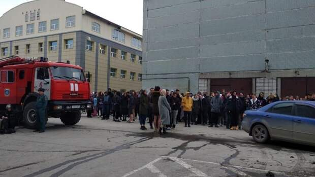 Правоохранители проверяют сообщения об эвакуации школ в Казани