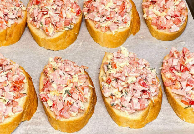 Превращаем хлеб в закуску: кладем салат на бутерброды вместо масла