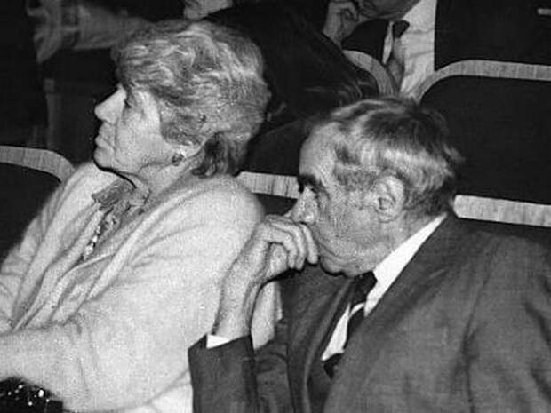 Супруги в театре.