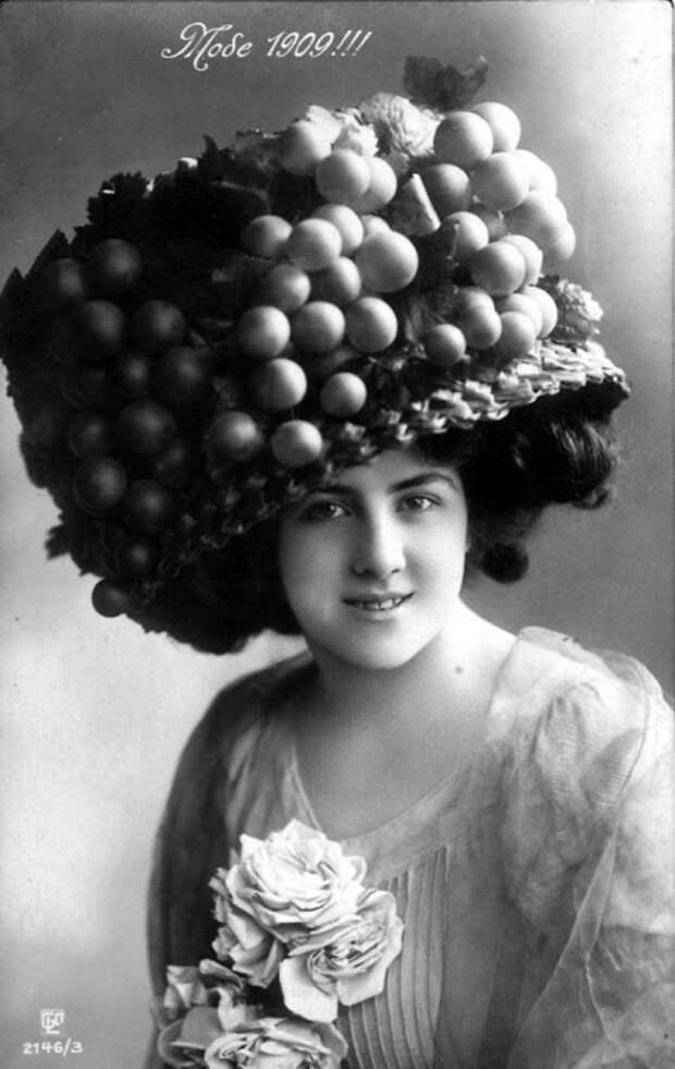 Шляпа, украшенная плетеными лентами по полям и виноградными лозами на тульи.