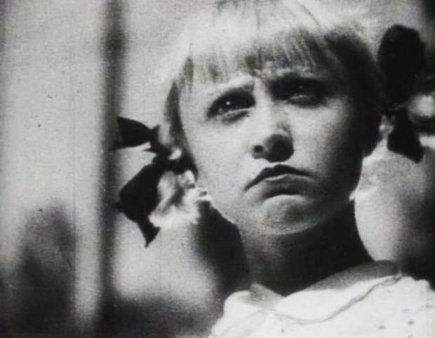 Жеймо начала сниматься в кино в 1925 году. Кадр из фильма «Разбудите Леночку»