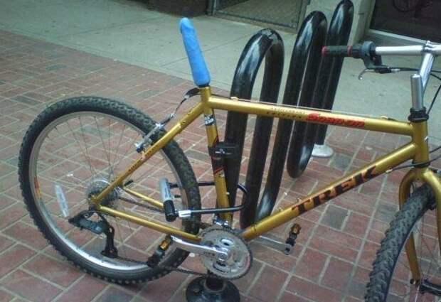 Самый суровый тип велосипеда. Явно не женский, тогда зачем синяя штукень? Может противоугонка? WTF?, wtf, велосипеды, необычное, подборка, странное, транспорт