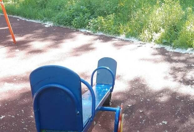В проезде Дежнёва отремонтировали качели на детской площадке