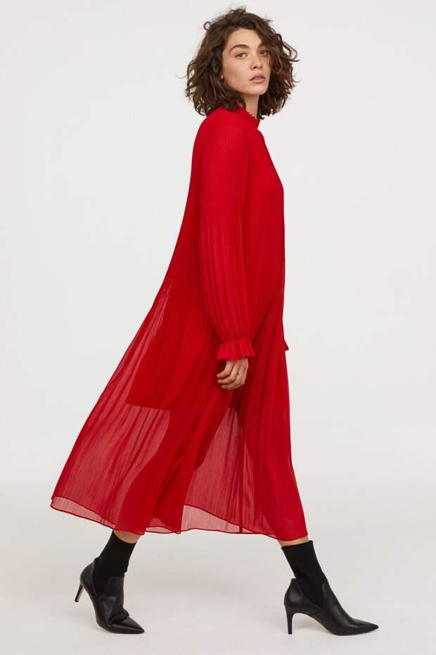 Модель в красном шифоновом платье