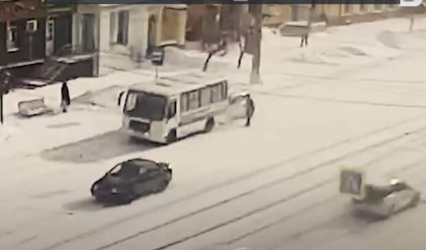 Два ДТП наостановке на перекрестке Мира-Газетная вНижнем Тагиле попали навидео