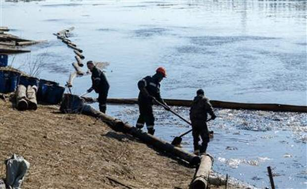 """""""Лукойл-Коми"""" очистил сушу на 70% в районе разлива нефтесодержащей жидкости в Коми"""