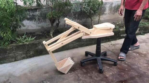 Детский экскаватор из старого компьютерного стула и ненужных деревяшек