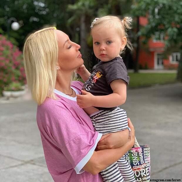 Лера Кудрявцева впервые сделала макияж дочери (видео)
